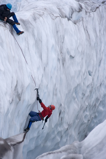 Eisklettern an einer Bergwand