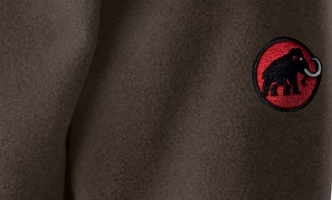 Ausschnitt einer Fleecejacke mit dem bekannten Mammut Logo