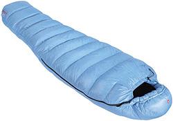 Ein Daunenschlafsack in klassischer Mumiemform minimiert Wärmeverluste
